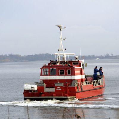 Pelastuslaitoksen alus etsi öljylauttaa Helsingin edustalla lauantaina 3. marraskuuta 2012.
