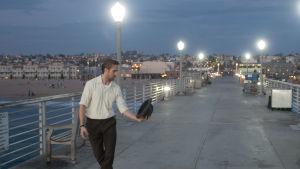 Sebastian (Ryan Gosling) dansar på en pir i Los Angeles.