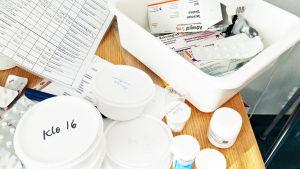 erilaisia lääkepakkauksia, sydämensiirtoleikkauksen jälkeen käytettäviä