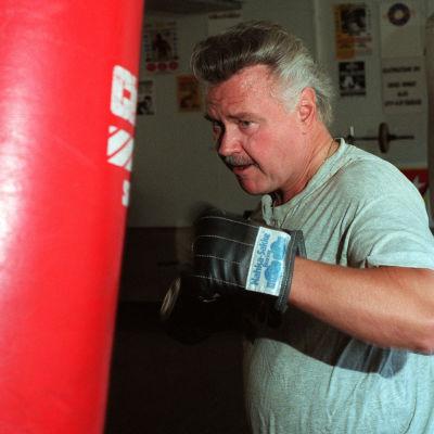 Tom Sjöberg nyrkkeilee.