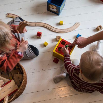 lapsi leikkii