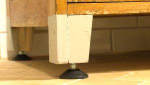 Ett ben tillhörande ett badrumsskåp