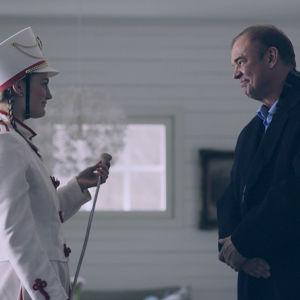 Minnie (Vivi Lindberg) ja isä Martin (Mats Långbacka) draamasarjassa Lola ylösalaisin.