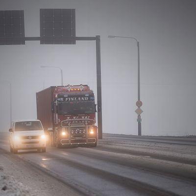 Rekka ja pakettiauto valtatie 8:lla.