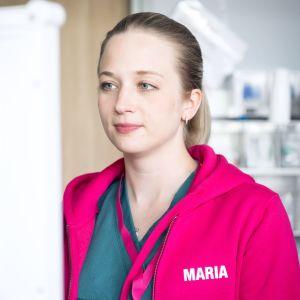 Maria Rosenlund klädd i cerise jacka på jobbet på Jorvs sjukhus.