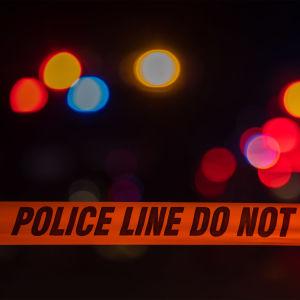 Poliisin rikospaikalla käyttämä eristysnauha, jossa kielletään alueelle tulo.
