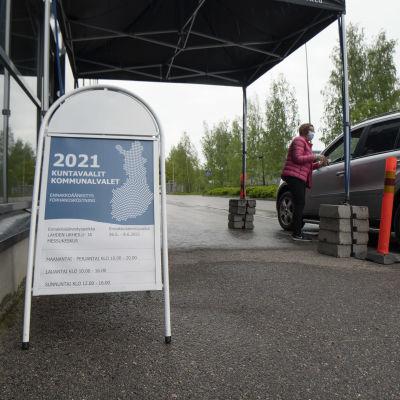 Auto ja virkailija drive-in-äänestyspaikalla