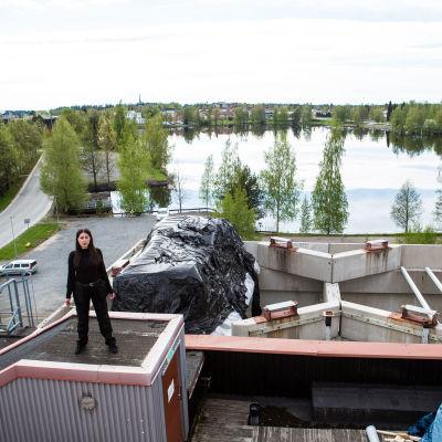 Taiteilija Landys Roimola viimeisimmän Floor is lava-teoksensa kanssa Pekilo-rakennuksen katolla 18. toukokuuta 2021.