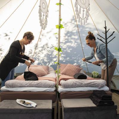 Marjo Erlands ja Marjo Kiuru-Sundberg petaavat vuoteita luxusteltassa