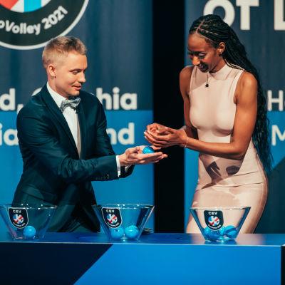 Lauri Kerminen ja entinen yhdysvaltalaispelaaja Norisha Campbell suorittivat EM-kisojen lohkoarvonnan Helsingissä.