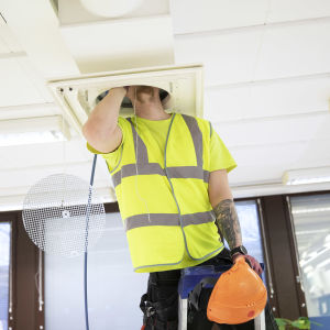 En man undersöker en ventil.