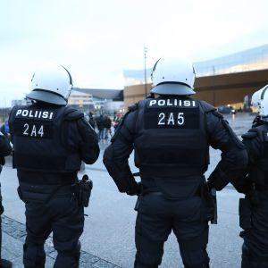 mellakkapoliiseja Soldiers of Odin -järjestön mielenosoituksessa