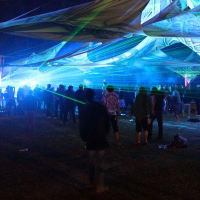 Yleisö tanssii psykedeelisen trance-musiikin tahtiin Shiva Squad Festivalilla Kullu-laaksossa Intiassa.