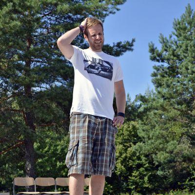 Stand up -koomikko Tommi Tuominen pitelee päätään.