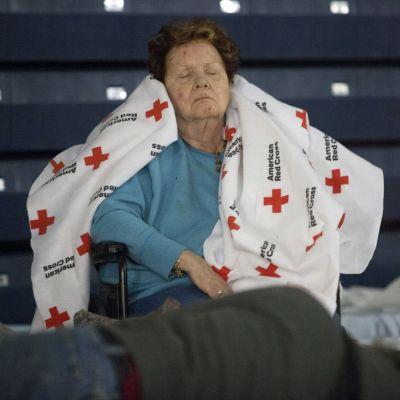 Nainen nukkuu Punaisen Ristin tilapaissuojassa New Jerseyssä viltti harteillaan 2. marraskuuta 212.