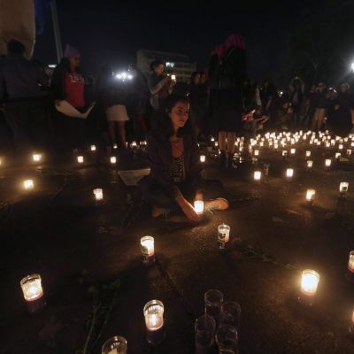 Ihmiset surevat lastenkodin palossa kuolleita Guatemalassa keskiviikkona 8. maaliskuuta 2017.