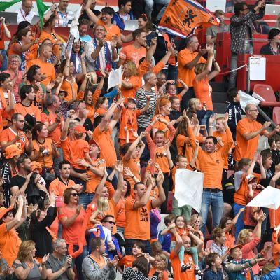 Nederländernas fotbollsfans under öppningsmatchen mot Norge.