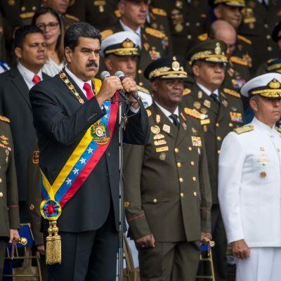 Venezuelan presidentti Nicolas Maduro pitää puhetta armeijatapahtumassa Caracasissa 5.8.2018.