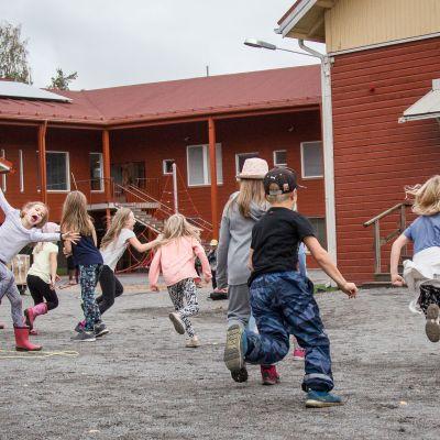 Lapset juoksevat Mahnalan koulun pihalla