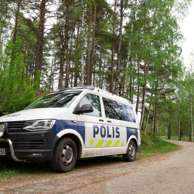 Poliisiauto pysähtyneenä tien reunaan Tampereen Teiskossa