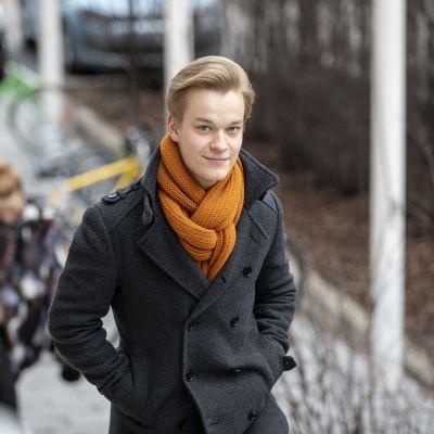 Elias Pitkänen kävelee portaita
