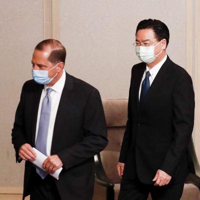 USA:n terveysministeri Alex Azar ja Taiwanin ulkoministeri Joseph Wu poistuvat tapaamisesta maskit kasvoillaan.