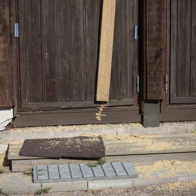 Poliisin sahaama ovi