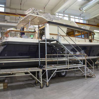 Veneitä rakennetaan venetehtaalla