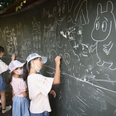 Muumit piirretään Muumilaaksossa liitutaululle, mutta rinnalle syntyy usein Pikachu ja Doraemon.