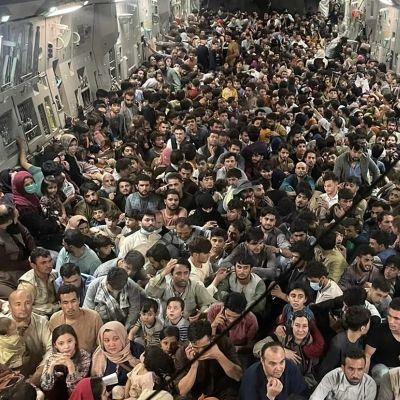 USA:s flygvapen evakuerar 640 afghaner  i ett Reach 871-C-17 Globemaster från Kabul till Qatar 15.8.2021