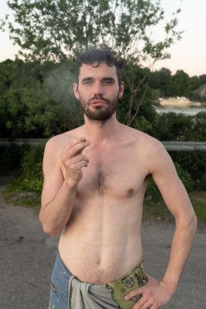 Ilkka Hautala röker en cigarett efter att han hade kommit ut ur bastun.
