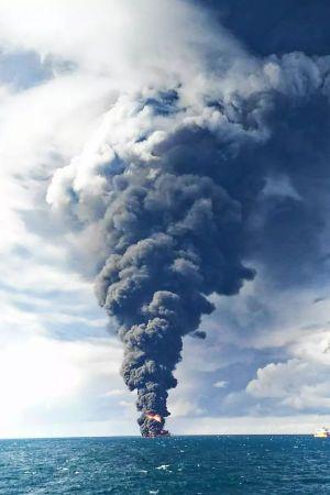 "Den brinnande iranska oljetankern ""Sanchi"". Bilden tagen 14.1.2018."