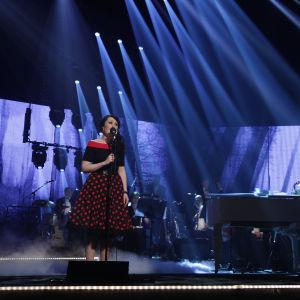 Nina Åkerman laulaa Tangokuningatarfinaalissa.