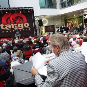 Tuomaristo seuraa Tiina Pitkäsen esitystä Turun Tangomaratonilla.