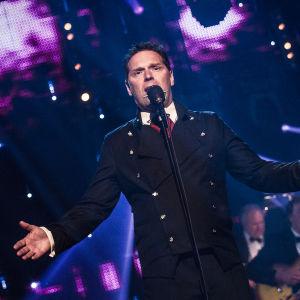 Markku Ketola laulaa kuningasfinaalin ensimmäisellä kierroksella.