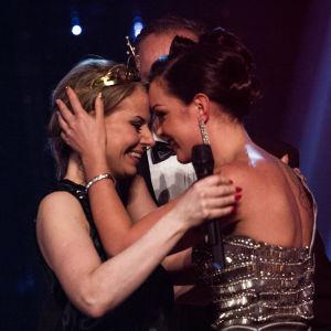 Maria Tyyster onnittelee tuoretta tangokuningatarta Susanna Heikkiä.