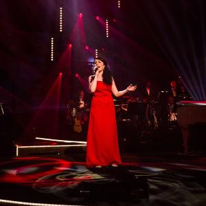 Nina Åkerman laulaa toisella kierroksella Tangokuningatarfinaalissa.