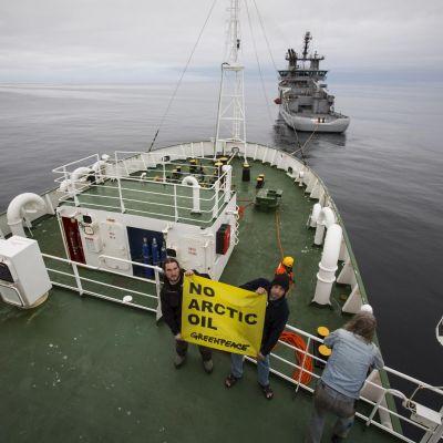 Greenpeacefartyget Esperanza bogseras av den norska kustbevakningen.
