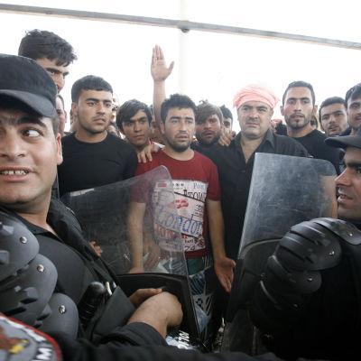 Kurder protesterar mot att tiotusentals jezider tvingats fly från jihadisternas våld.