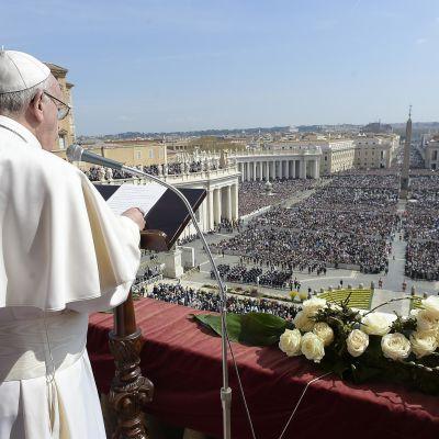 Påven talar till folket i Rom på påskdagen.