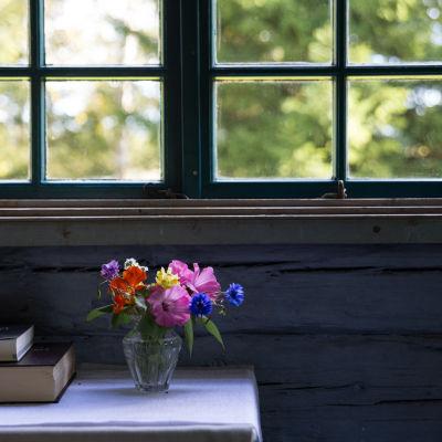kyrkfönster mot grönskande sommarlandskap