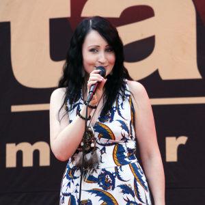 Nina Åkerman esiintymässä Turun Tangomaratonilla.