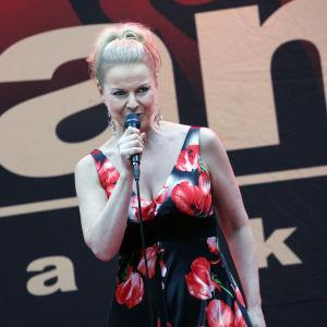 Susanna Heikki esiintymässä Turun Tangomaratonilla.