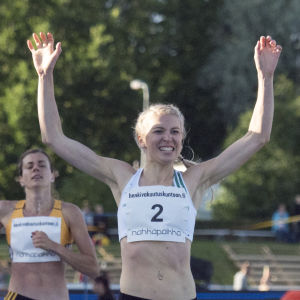 Sara Kuivisto korsar mållinjen som etta.