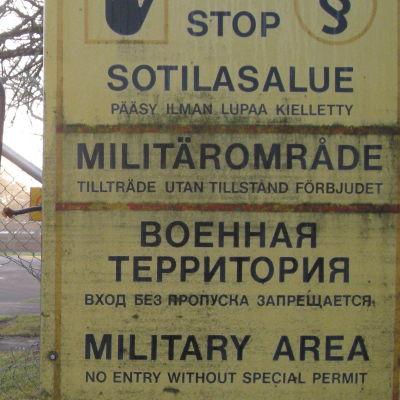 Stoppskyltar utanför Nylands Brigad i Dragsvik.