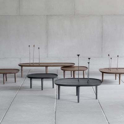 Antrei Hartikaisen suunnittelema Fiori.pöytä, jossa kukka koristeena pöydässä kiinni.