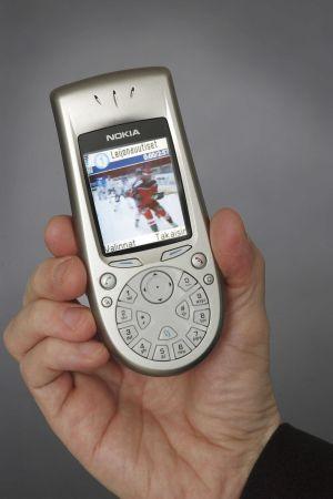 En mobiltelefon visar en ishockeyvideo