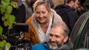 Anna Blom och Ville Tanttu ser in i en monitor under inspelningen av Längtan-kortfilmerna.