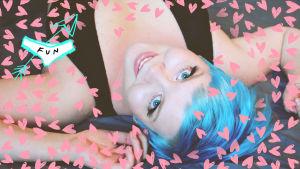 Melissa Mäntylä makaa selällään ja katsoo kameraan. Kuvaan lisätty grafiikkaa, kuten sydämiä.