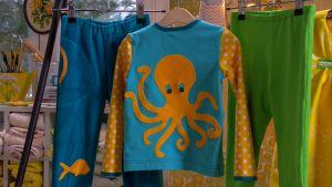 Tröjan som Lee sytt har dekorerats med en rolig bläckfisk på ryggen